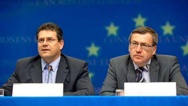 El vicepresidente de la Comisión Europea, Maros Sefcovic (i), y el ministro saliente belga de Exteriores, Steven Vanackere.