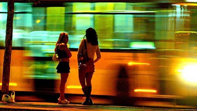 Dos mujeres hacen la calle en una travesía de Barcelona.