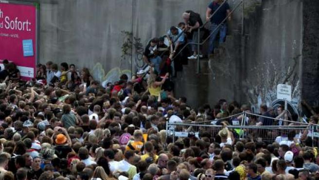 Aglomeración en el recinto del Loveparade, en Duisburgo (Alemania).