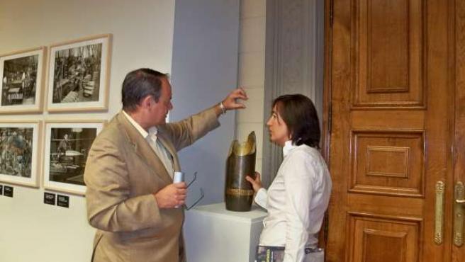 La diputada de Cultura y el comisario visitan la exposición en el Palacio de Sás