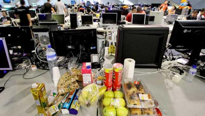 Ordenadores y comida rápida mezclados en la Campus Party.