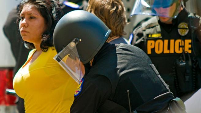 La Policía detiene a algunas de las personas que se han manifestado contra la ley de inmigración de Arizona en Phoenix.