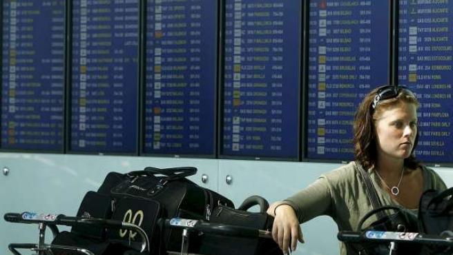 Pasajeros del aeropuerto de El Prat esperando un vuelo retrasado por las múltiples bajas de controladores aéreos.