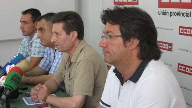 En primer plano, el responsable de Administración Local de CCOO, Juan López, inf