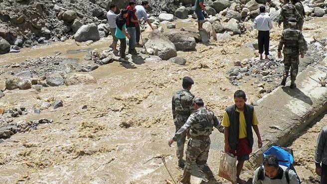 Soldados indios colaboran en las tareas de rescate tras las inundaciones en Leh.