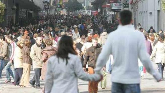 Gente paseando por la calle en Madrid.