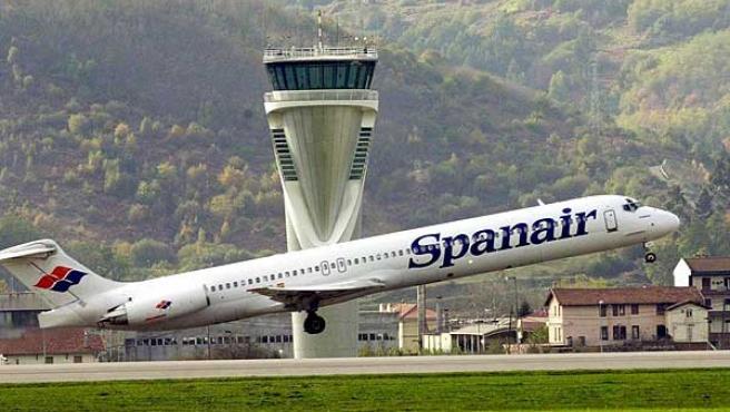 Un avión de Spanair despega del aeropuerto de Bilbao.
