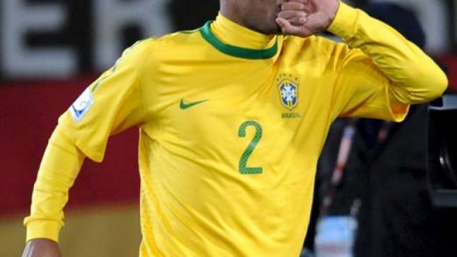 El defensa brasileño Maicon celebra su gol contra Corea del Norte.