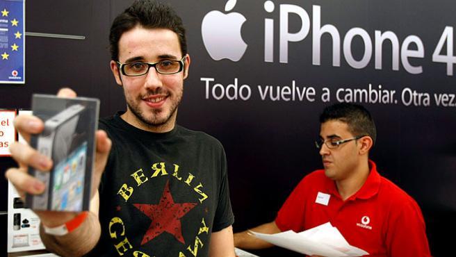 Uno de los primeros compradores del iPhone 4 posa con él tras conseguirlo en una de las tiendas en Madrid.