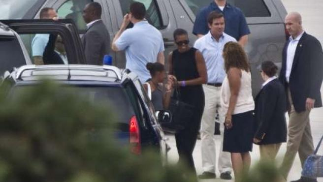 Michelle Obama y su hija Sasha, a su llegada al aeropuerto de Málaga.