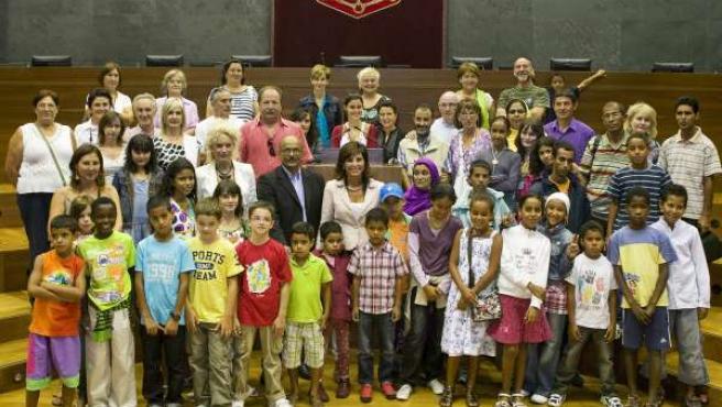 Los niños saharauis posan en el Parlamento de Navarra junto a la presidenta Torr