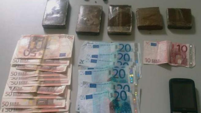 Droga, dinero y móvil incautados por la Guardia Civil