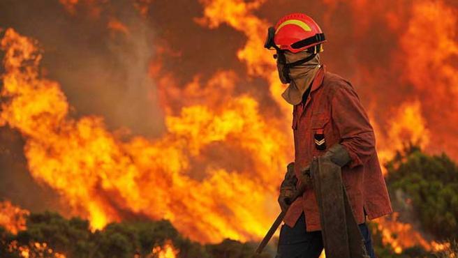 Un bombero observa las llamas de un incendio en Portugal.