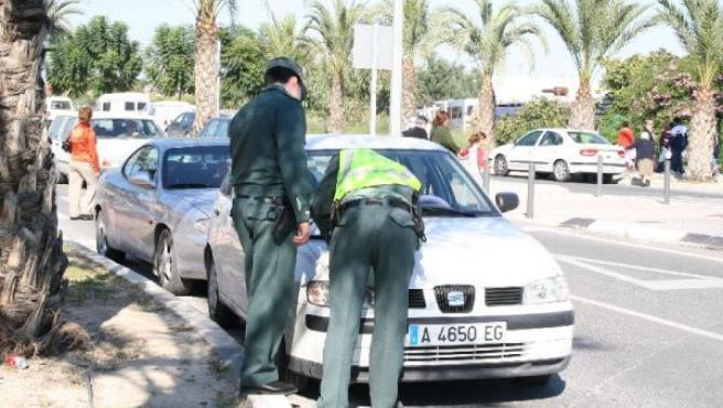 Agentes de la Guardia Civil poniendo una multa.