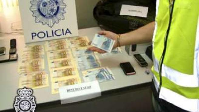 El 'timo de la estampita' cambia billetes falsos por verdaderos.