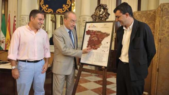 Firma del contrato para que Málaga sea llegada y salida de etapa de la Vuelta Ci