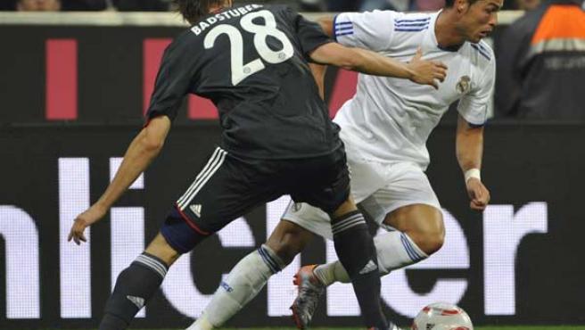 El jugador del Bayern Holger Badstuber disputa el balón con Cristiano Ronaldo.