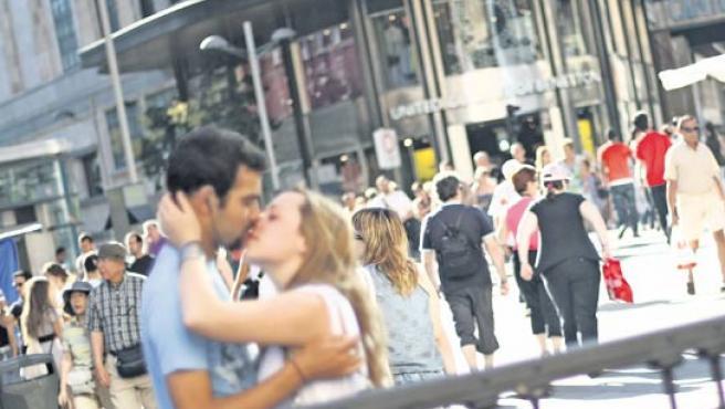 Una pareja se besa en Madrid.