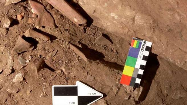 Restos humanos, entre ellos una tibia, en la cueva del MIrón