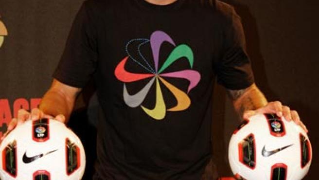 El defensa del Real Madrid Sergio Ramos presenta el nuevo balón de la Liga, el T90 Tracer.