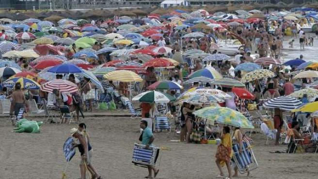 Turistas en la playa de Castellón.