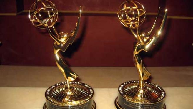 Dos estatuillas de las que se entregan a los ganadores de los premios Emmy.