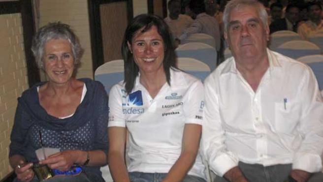 La alpinista española Edurne Pasaban, junto a sus padres en Katmandú.