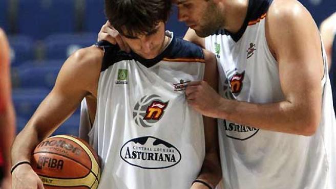 Ricky Rubio y Felipe Reyes, durante el entrenamiento celebrado en el Palacio de los Deportes de Madrid.