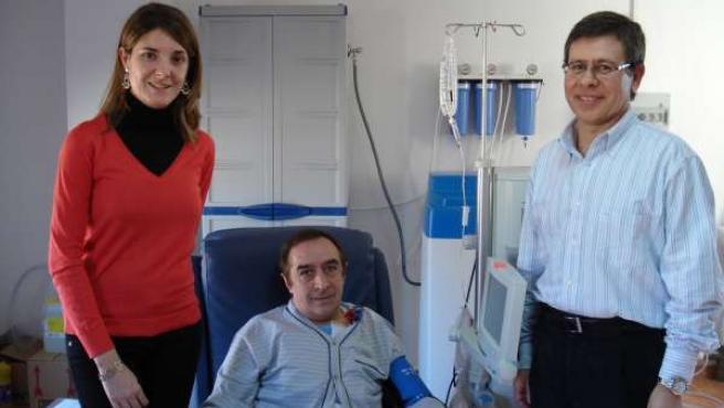 Vicente Cerrillo y la enfermera Elena Renau, junto al primer paciente que recibe