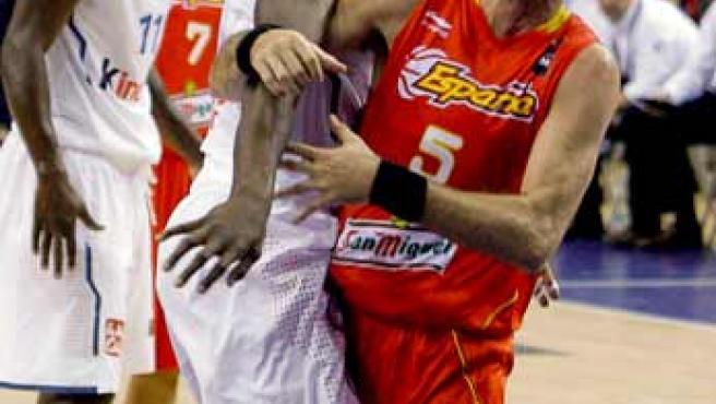 Rudy Fernández, alero de España, recibe una falta del francés Ian Mahinmi.