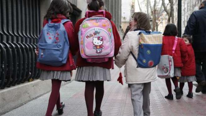 Un grupo de niñas de camino al colegio.