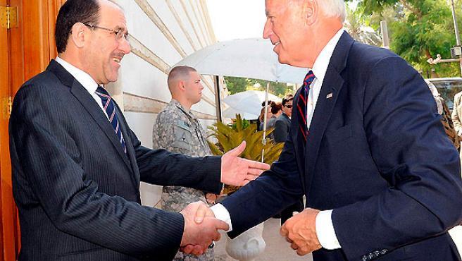 El primer ministro iraquí Nuri al-Maliki, (izquierda), recibe al vice presidente de los Estados Unidos, Joe Biden, a su llegada a Bagdad, Irak, este martes.
