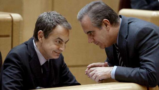 El ministro de Trabajo, Celestino Corbacho, charla con el presidente del Gobierno, José Luis Rodríguez Zapatero.