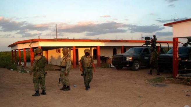 Miembros del Ejército mexicano custodian el rancho donde se ha producido el tiroteo.