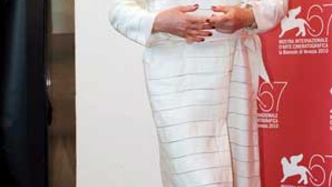 La actriz francesa Catherine Deneuve posa para los medios durante el pase gráfico de la película 'Potiche'.