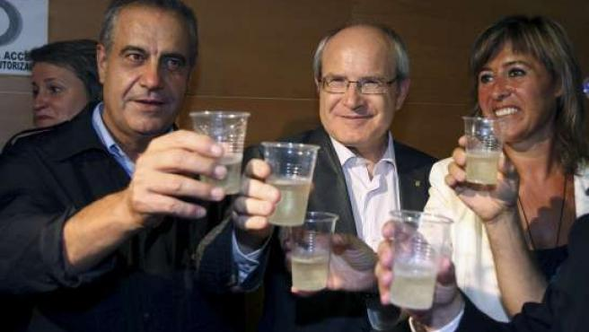 El ministro de Trabajo, Celestino Corbacho, el president de la Generalitat, José Montiilla, y la alcaldesa de L'Hospitalet, Nuria Marín, en Bellvitge (Hospitalet).