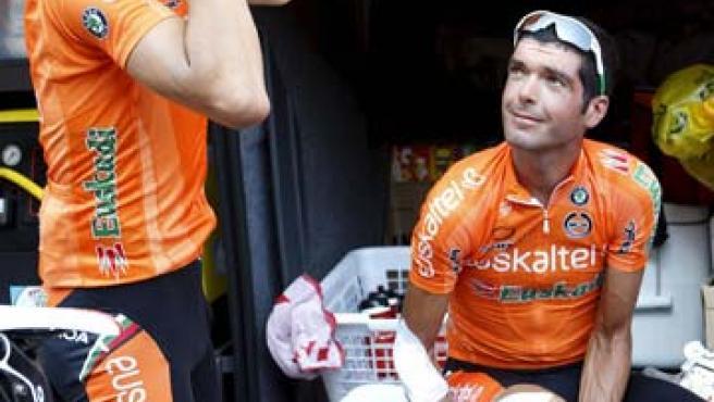 Igor Antón, del Euskaltel Euskadi, habla con su compañero de equipo Gorca Verdugo.