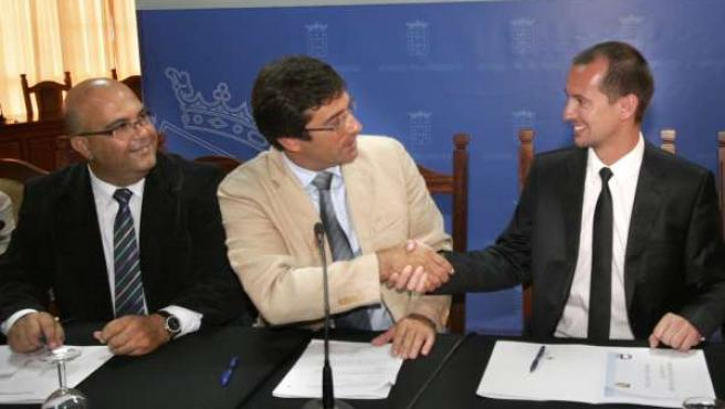 El Presidente del Cabildo de Lanzarote, Pedro San Ginés, firma un convenio de co