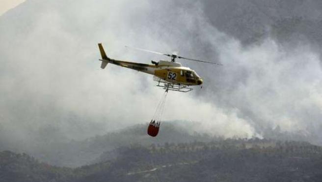 Especialistas trabajan en la extinción de un incendio