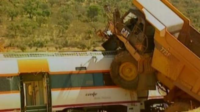 Dos fallecidos en el choque de un tren y un camión en Carmonita