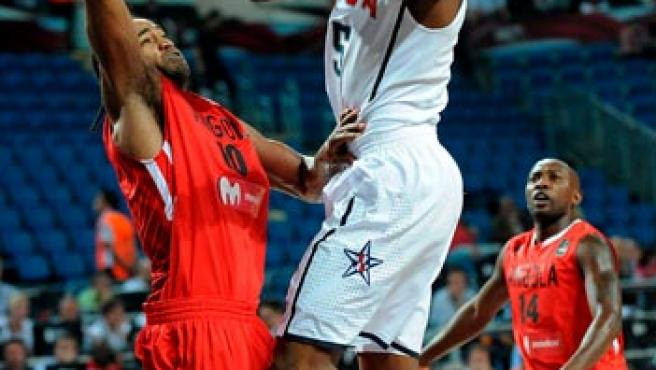 El estadounidense Kevin Durant (c) salta para anotar ante el angoleño Joaquim Gomez (i).