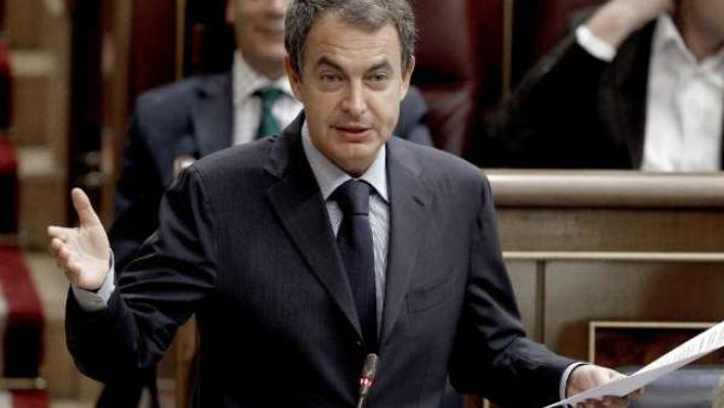 El presidente del Gobierno, José Luis Rodríguez Zapatero, durante una de sus intervenciones en la sesión de control en el Congreso.