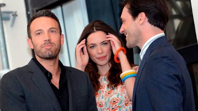 Ben Affleck (a la izquierda) junto a la actriz Rebeca Hall y el actor Jon Hamm.