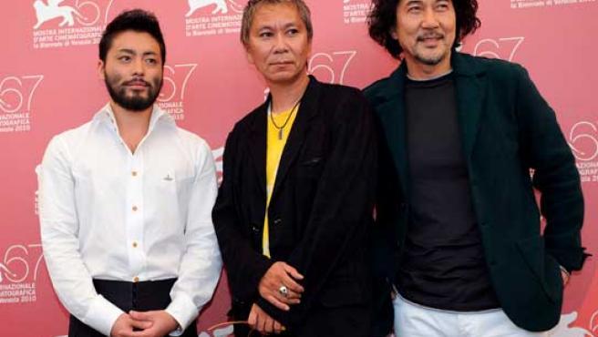 El cineasta Takashi Miike posa junto a dos de sus actores.