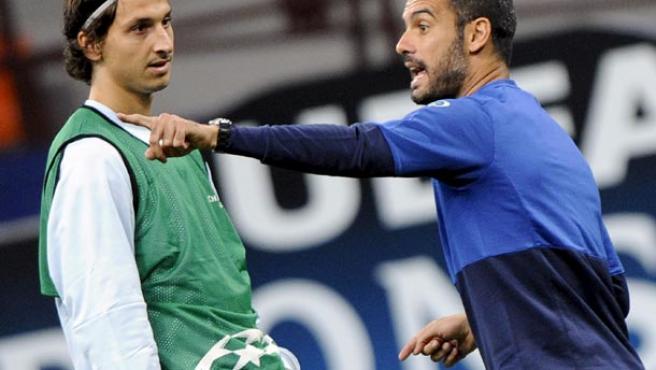 El delantero sueco del Barcelona, Zlatan Ibrahimovic (izq), escucha las indicaciones de su entrenador, Pep Guardiola.