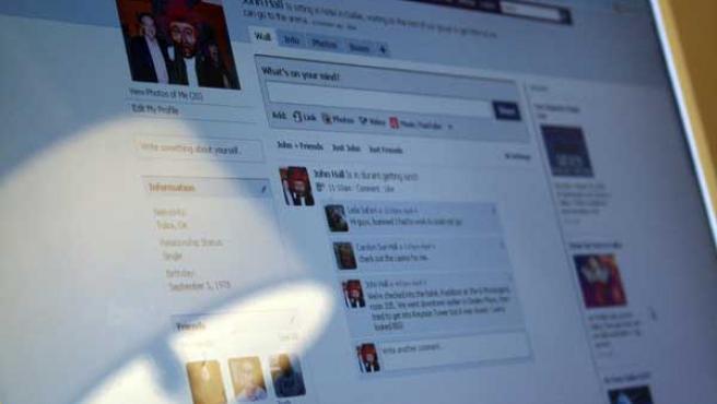 Un monitor muestra una página de Facebook.