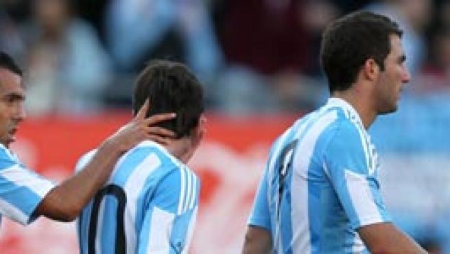 Messi, junto a Tévez e Higuaín, en el amistoso frente a España.