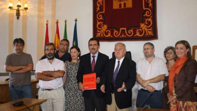 El alcalde de Mérida con los autores del libro