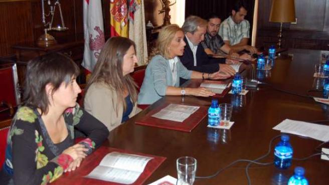 Teresa Valdenebro y Jesús Bárez acompañados de cuatro de los artistas sorianos p
