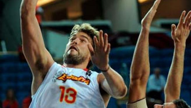 Marc Gasol, pívot de la selección española, anota una canasta ante Becirovic, de Eslovenia.